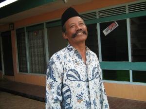 Pak Kumis Di depan Rumah
